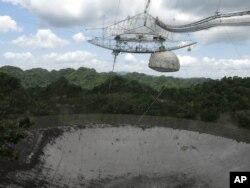 ARCHIVO: el radiotelescopio de un solo plato más grande del mundo en el Observatorio de Arecibo en Arecibo, Puerto Rico, fotografiado en julio 13, 2016. La disminución de fondos del gobierno de los EE. UU. Y la construcción de telescopios más grandes y más potentes están amenazando el futuro de este telescopio.