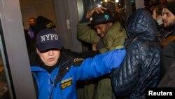 New York'ta polis spor merkezinin girişinde protestocuları engellemeye çalışırken