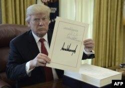 Tổng thống Donald Trump ký ban hành luật thuế mới hôm 22/12/2017.