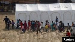 Anak-anak pengungsi Suriah di Lebanon berbaris untuk menerima vaksin polio di kota Zahle, Lembah Bekaa Valley, 8 November 2013 (Foto: dok).