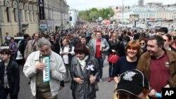 Polisi Rusia membubarkan demonstran anti Putin yang berkemah di taman di pusat kota Moskow (16/5).