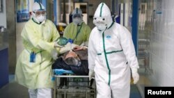 Des agents de la santé déplacent un patient dans un hôpital à Wuhan, dans la province de Hubei, en Chine, le 6 février 2020. (China Daily via REUTERS)