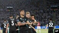 Casemiro de Real Madrid, devant, jubile avec ses coéquipiers après avoir marqué le deuxième de son équipe contre Manchester lors de la Supercoupe d'Europe au stade Philip II, à Skopje, 8 août 2017.