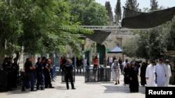 فلسطینی ها مخالف نصب دروازه و کمره امنیتی را در نزدیکی امکان مقدس می باشند، اما اسرائیلی ها آنرا ضروری تلقی می کنند