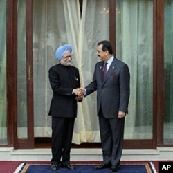 وزیراعظم گیلانی اور بھارتی وزیراعظم سنگھ سارک سربراہ اجلاس کے موقع پر