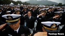 26일 한국 국립대전현충원에서 열린 천안함 용사 4주기 추모식에 참석한 장병들이 거수경례를 하고 있다.