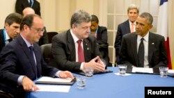 4일 나토 정상회담 참석차 영국을 방문한 페트로 포로셴코 우크라이나 대통령(가운데) 바락 오바마 미국 대통령(오른쪽)을 비롯한 각 국 정상과 회담하고 있다.