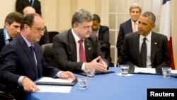 Fransiya rahbari Fransua Olland, Ukraina prezidenti Petro Poroshenko va AQSh prezidenti Barak Obama muloqotda, Nyuport, Uels, 4-sentabr, 2014