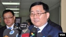 Duta Besar Tiongkok Li Huaxin memberi keterangan pers usai pertemuan dengan Ahmed Arnus, asisten Menlu Suriah (6/3).