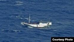 Perahu yang diperkirakan mengangkut sedikitnya 180 pencari suaka ini terapung-apung di perairan lepas pantai Pulau Christmas, Australia, 4 Juli 2013 (Foto: dok). Pihak berwenang Australa dilaporkan telah menangkap lima orang terkait penyeleundupan manusia melalui perjalanan perahu, Kamis (29/8).