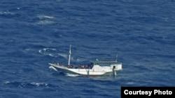 Perahu kayu yang membawa 180 pencari suaka menuju Australia sedang berlayar di Pulau Christmas Juli 2012. (AP/Badan SAR)