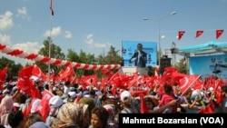 Turkish President Recep Tayyip Erdogan speaks to his supporters in Diyarbakir, May 28, 2016.
