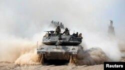 Xe tăng của Israel bên ngoài phía nam dải Gaza, ngày 7/7/2014. Cuộc không kích của Israel vào dải Gaza đã giết chết 7 chiến binh Hamas.