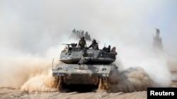 Israel menggempur jalur Gaza dengan serangan udara Senin pagi (7/7) sebagai balasan atas serangan 25 roket Hamas ke Israel.