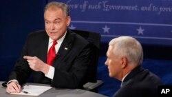 미국 민주당의 팀 케인 부통령 후보(왼쪽)와 공화당 마이크 펜스 부통령 후보가 4일 버지니아주 롱우드대학에서 열린 토론회에 참석했다.