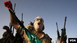 Rebèl Libyen yo ap Pwoche pi prè Kapital la, Tripoli, avèk Èd Avyon Militè l'OTAN