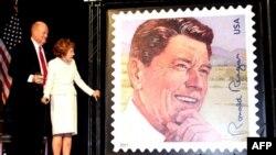 Нэнси Рейган на презентации марки Рональда Рейгана