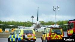 Pesawat Pakistan International Airlines dialihkan penerbangannya dan mendarat di Bandara Stansted, dekat London (24/3). Polisi menangkap dua penumpang yang dicurigai di pesawat itu.