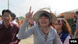 A striking garment worker gestures in Phnom Penh, Jan. 2, 2014. (VOA Khmer)