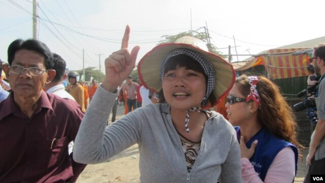 A striking garment worker gestures in Phnom Penh, Jan. 2, 2014. (VOA Khmer)