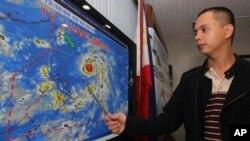 필리핀의 한 기상통보관이 태풍 메기의 이동경로를 설명하고있는 장면