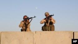 Soldados kurdos mantienen su posición en combates con militantes del grupo extremista Estado Islámico.