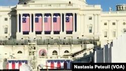 Le Congrès décoré pour l'investiture de Donald Trump, à Washington DC, le 18 janvier 2017. (VOA/Nastasia Peteuil)