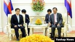 2016年6月28日韩国国防部次官黄仁武(左)和柬埔寨首相洪森会晤