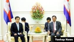 캄보디아를 방문 중인 황인무 한국 국방부 차관(왼쪽)이 28일 오후 훈 센 캄보디아 총리를 예방했다.