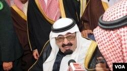 Raja Arab Saudi Abdullah terus menawarkan berbagai insentif ekonomi untuk mencegah krisis politik di negaranya.
