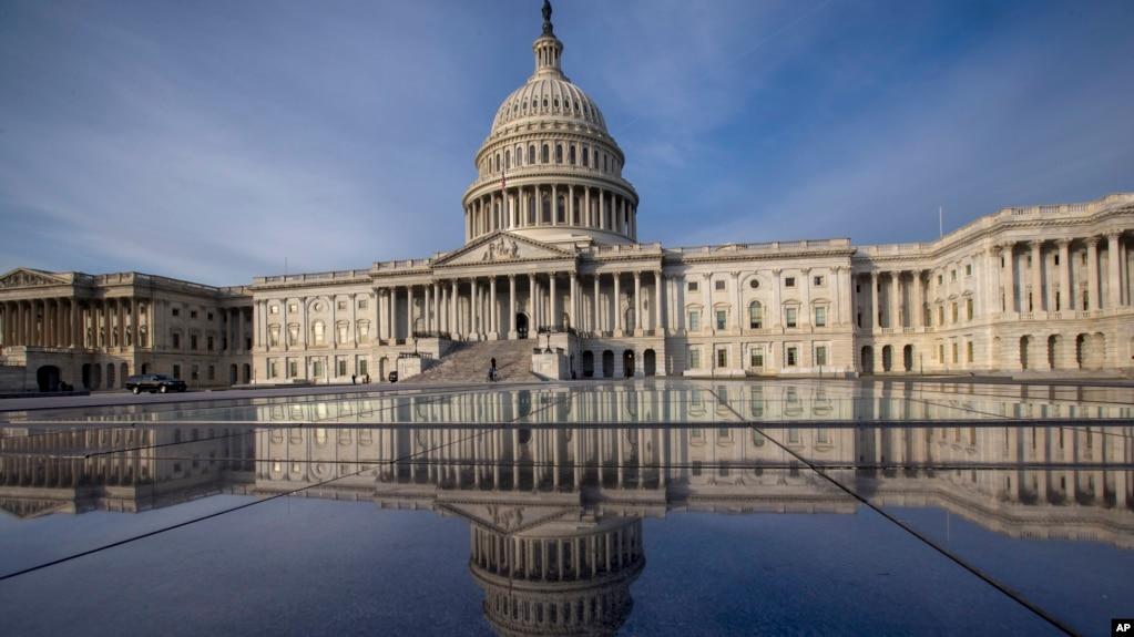 美國國會大廈及其倒影