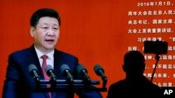 지난달 말 베이징 군사박물관에 전시된 시진핑 중국 국가주석의 연설 장면을 배경으로 한 방문객이 '셀카'를 찍고 있다. (자료사진)