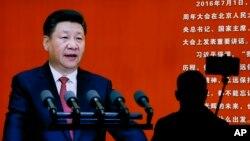 Seorang pengunjung museum militer di Beijing mengambil swafoto dekat gambar Presiden China Xi Jinping (24/10). (AP/Andy Wong)