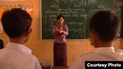 អ្នកគ្រូ ផល្លា គ្រូបង្រៀនកុមារពិការភ្នែក ត្រូវបានពិភពលោកទទួលស្គាល់ ហើយអ្នកគ្រូបានជាប់ជាបេក្ខជនម្នាក់ក្នុងចំណោមបេក្ខជន១០នាក់ចុងក្រោយសម្រាប់ពានរង្វាន់គ្រូបង្រៀនឆ្នើមក្នុងសាកលលោក (Global Teacher Prize) របស់មូលនិធិ Varkey។ (ផ្តល់ដោយអង្គការគ្រួសារថ្មី)