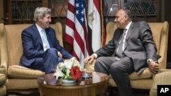 Ngoại trưởng Mỹ John Kerry gặp Bộ trưởng Ngoại giao Ai Cập Sameh Shoukry Hassan tại một khách sạn ở Cairo, ngày 22/6/2014.