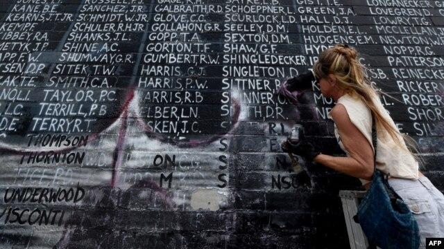 Bri Corry tham gia cùng các cựu chiến binh và thành viên cộng đồng làm sạch đài tưởng niệm Chiến tranh Việt Nam có tên 2.273 binh sĩ mất tích trong chiến tranh, ngày 29 tháng 5 năm 2016.