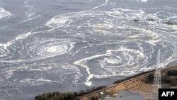 Sóng và nước xoáy tiến đến 1 bờ biển ở Iwaki, tỉnh Fukushima, miền bắc Nhật Bản, 11/3/2011
