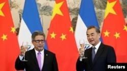 中国与萨尔瓦多外长在北京举杯庆祝两国建交(路透社)