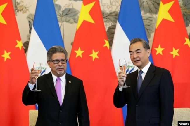 薩爾瓦多外長卡斯塔內達(左)和中國外長王毅在北釣魚台國賓館舉行的建交儀式上舉杯慶賀。 (2018年8月21日)