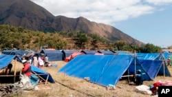 Des tentes de fortune ont été érigées pour servir de refuge temporaire aux personnes touchées par un tremblement de terre à Sembalun, sur l'île de Lombok, en Indonésie, le 6 août 2018.