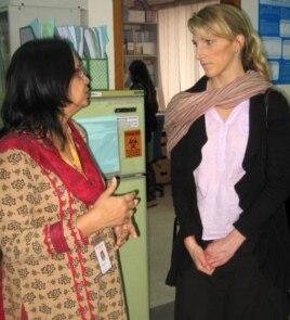 Cô Vanessa (phải) trong chuyến làm việc ở Bangladesh.