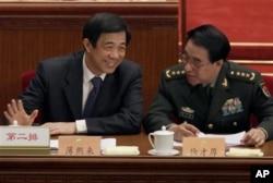 2010年3月在中国政协会议上的徐才厚将军和薄熙来