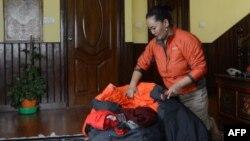 Nhà leo núi người Nepal Lhakpa Sherpa chuẩn bị trang cụ leo núi (ảnh chụp ngày ngày 13/4/2016)