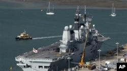 英国一艘航空母舰停泊在英国的朴茨茅斯港