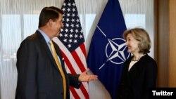 美国副国务卿克拉奇在推特上发布的与美国驻北约大使哈奇森在北约布鲁塞尔总部交谈的照片。(2020年9月29日)