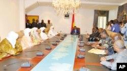 Wakilan kungiyar Ansar Dine a Ougada a wata ganawa da mai shiga tsakani na kungiyar ECOWAS, kuma shugaban Burkina Faso, Blaise Compaore.