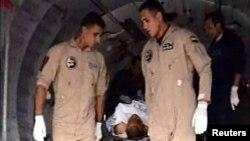 20일 10명 이상이 숨진 차량 폭탄 테러 현장에서 이집트 군인들이 부상자를 이송하고 있다.