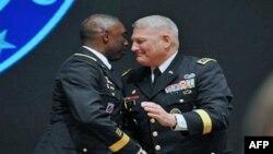 Tư lệnh Bộ chỉ huy Quân sự Hoa Kỳ tại châu Phi Ðại tướng William Ward (trái) bắt tay tân Tư lệnh, Ðại tướng Carter Ham, trong buổi lễ bàn giao