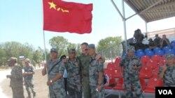 中國軍隊去年夏季來俄羅斯參加軍事比賽活動,兩國軍人合影 (美國之音白樺拍攝)
