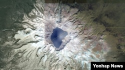 지난해 10월 위성으로 촬영한 백두산 정상의 모습. 주변이 눈에 덥혀있다.